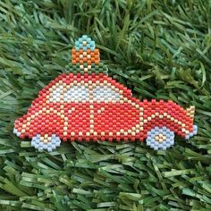 Bon week end! Seed Bead Projects, Beading Projects, Peyote Patterns, Beading Patterns, Rose Moustache, Iron Beads, Christmas Earrings, Beaded Animals, Beaded Ornaments