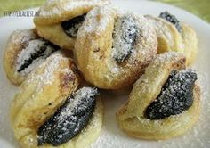 A tészta pillanatok alatt állítható össze, és változatos töltelékkel gazdagítható a sütemény.