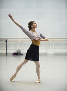 Marianela Nuñez In Rehearsal For Scènes De Ballet The Royal Ballet Roh Tristram Kenton 2014 - Dance Leotards Ballet Images, Ballet Pictures, Dance Pictures, Ballet Poses, Dance Poses, Ballet Dancers, Royal Ballet, Alvin Ailey, Dance Photography