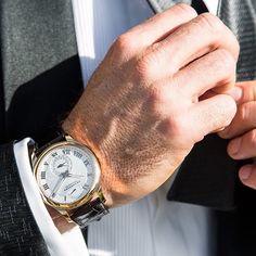 Познакомьтесь с Лордом Байроном Вудрингом (Lord Byron Woodring) - его хладнокровие в любой ситуации достойно внимания.  L.U.C Quattro: часы для настоящего джентльмена.   Iepazīstieties ar Lordu Bīronu Vudringu (Lord Byron Woodring) – viņa nepārspējamā savaldība ir stabilitātes ekvivalents.  L.U.C Quattro: ikviena īsta džentlmeņa pulkstenis.