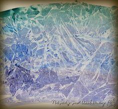 Tyto krásné mrazivé efekty docílíte velmi jednoduše. Pomalujete papír vodovkami…