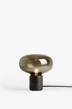 Lampan Karl-Johan från New Works i svart marmor