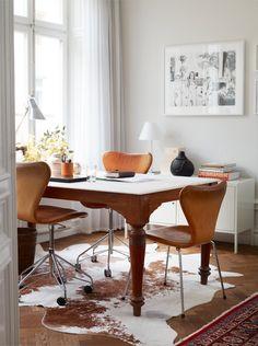klassieke tafel, met leer beklede vlinderstoelen, koeienhuid op de grond en veel daglicht   79 Ideas