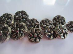 Ce lot se compose de 11 boutons - environ 1 3/4 pouce, (6) 7/8 de pouce et (4) 1 1/8 de pouce, arrière de tige de poids lourd, acrylique métallisé.
