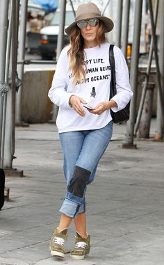 Sarah Jessica Parker drops her kids off at school in a super comfy statement sweatshirt and jeans.
