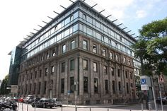 Das ist die Börse Stuttgart. Mir fiel die markante Fassade, eine gelungene Mischung alter und neuer Architektur, auf. Ich bitte um Entschuldigung, dass der obige Teil abgeschnitten wurde. Aber besser gings nicht... You see the building of the Stuttgart stock exchange. I noticed this striking frontage because of its successful mixture of old and new architecture. Sorry for the cut in the above part of the photo. I've done my very best ...