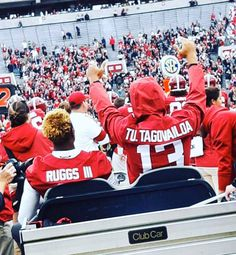 """The Alabama Nation on """"He owns 32 records at Alabama, and every single one of our ❤️'s! Thanks for everything, Tua! Special thanks to Brooke Andrews Kirk for the pic Roll Tide Football, Alabama Football, Football Fans, Fanatic Football, Alabama Baby, American Football, Roll Tide Images, Roll Tide Funny"""
