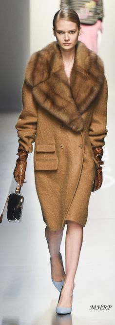 mantel-Trends Das sind die Must-haves Take a look at the best winter coats 2018 in the photos below and get ideas for your outfits! Fur Fashion, Fashion Looks, Womens Fashion, Fashion Trends, Coats 2018, Vogue, Winter Stil, Winter Mode, Camel Coat