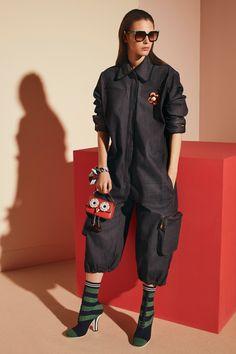Presenting the Fendi Pre-Fall 2017 Bag Collection. Fendi brings in their classic handbags like t. Fashion Week, Fashion 2017, Fashion Show, Street Fashion, Fendi, Vogue Paris, Ideias Fashion, Ready To Wear, Autumn Fashion