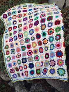 Grannysquare blanket, pattern; flowers in the snow.