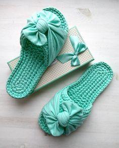 Sewing Slippers, Knitted Slippers, Crochet Sandals, Crochet Baby Booties, Crochet Shoes Pattern, Crochet Patterns, Crochet Stitches, Knit Crochet, Crochet Flip Flops