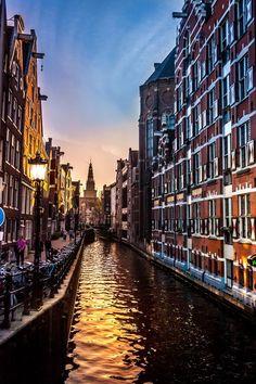 De typische Nederlandse grachtenpanden in Amsterdam