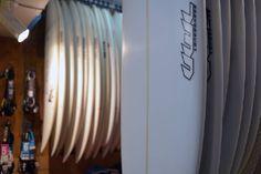 Découvrez notre sélection de planches de surfs sur hawaiisurf.com et en boutique.  #surf #surfs #surfboards #planchedesurf #uwl #firewire #blackwings #nsp #shortboard #longboard #hawaiisurf #shop #surfboard #paris #nikon #nikond610 #d610