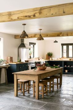 The Leicestershire Kitchen in the Woods by deVOL: country Kitchen by deVOL Kitchens Devol Kitchens, Shaker Style Kitchens, Shaker Kitchen, New Kitchen, Home Kitchens, Kitchen Ideas, Awesome Kitchen, Eat In Kitchen Table, Green Kitchen