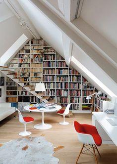 Sous les toits, la bibliothèque donne du style au salon. Plus de photos sur Côté Maison http://petitlien.fr/7bfp