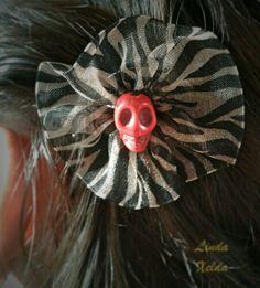 Se puede usar como adorno para el pelo o como broche