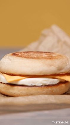 Recreate McDonald's Egg McMuffin at home. Easy Delicious Recipes, Yummy Food, Food Porn, Buzzfeed Tasty, Tiny Food, Simply Recipes, Food Cravings, Creative Food, Food Dishes