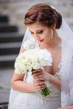 Avem placerea sa va prezentam unul dintre cele mai frumoase evenimente si anume o nunta la Castel Cantacuzino cu Flori si Bogdan. Castelul Cantacuzino din Busteni este o locatie magnifica pentru cuplurile ce vor sa isi uneasca destinele. Aceasta locatie de nunta pune la dispozitie, pe langa castelul in sine, o priveliste extraordinara ce creeaza cadrul de poveste Wedding Bouquet Wedding Flowers White Roses White Peonies Castle Wedding Buchet mireasa bujori Wedding Bouquets, Wedding Dresses, Cabo, Fashion, Fotografia, Bride Dresses, Moda, Bridal Gowns, Wedding Brooch Bouquets