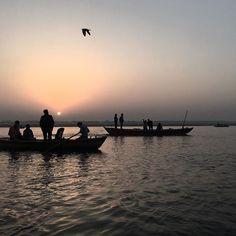 """, Varanasi, 2017 다섯째 밤을 지냈고 여섯째 아침을 맞았다. 시작부터 익숙한 동행들이 있었지만, 아니었어도 여럿이 지내기에 어렵지않을 곳이었다. 골목에는 한국인이 넘쳐났고, 여행을 하며 스친 인연들과의 '만남의 광장'같은 곳이었다. '어! 여기서 또 보내!신기하다.' 따위가 흔하게 들리고 스스로 겪는다. 나에겐 넷의 동행이 함께 했다. 그 정도가 적당해보였다. 매일 같이 한 두 캔의 맥주로 함께 하루를 마무리했다. 그 정도가 적당했다. 여섯째 되는 날 모두 각자의 다음 여행지로 떠났다. 혼자 떠나기엔 아쉬워 누군가 떠날 날을 기다린 것 마냥 모두 같은 날 함께 따로 떠났다. 여행지에서의 인연이란 몇 일만에 절친마냥 가까워지다 또 몇 일 만에 남처럼 멀어진다. 이 또한 꽤 적당히 아쉽다. #remindtravel #travel #travelgram #photo #photograph #photography #photoessay #photodocumentary…"