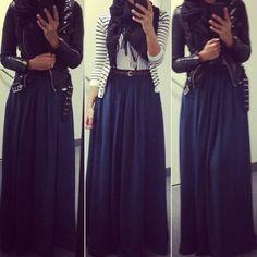 jupe longue et veste en cuir pour un look bohême rock, associé à un chèche pour le petit plus