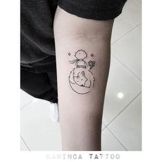 Foto do Pequeno Príncipe de costas acima de uma raposa dormindo Mommy Tattoos, Key Tattoos, Word Tattoos, Mini Tattoos, Forearm Tattoos, Unique Tattoos, Body Art Tattoos, Small Tattoos, Tattos