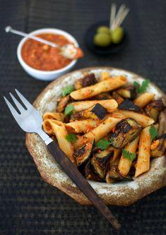 Jos haluat, voit voimistaa romesco-pastaa vaikkapa kylmäsavutofulla tai oliiveilla.