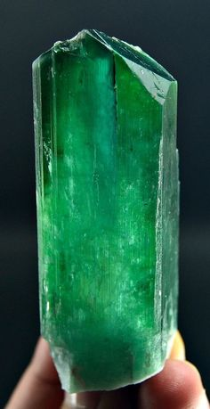 132 Gm Top Quality Lush Green Color V Shape Terminated HIDDENITE KUNZITE Crystal