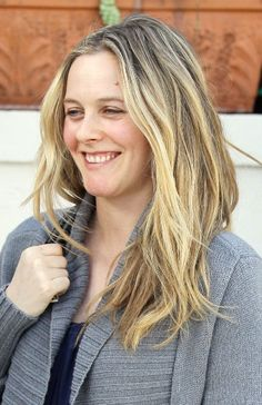 Alicia Silverstones wavy, blonde hairstyle