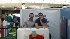 Los jugadores del Real Club Deportivo de La Coruña Alberto Lopo y Carlos Marchena firmando autógrafos en #MarinedaCity #Depor #Deportivo #Deporte #Fútbol