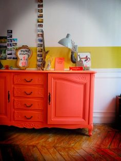 Salon coloré, une commode peinte en orange, diy
