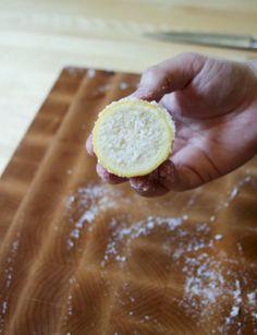 """Houten planken maak je schoon met behulp van een citroen en gemalen zout. Halveer een citroen en knijp een helft fijn boven je bord, verspreid het goed met de """"lege"""" citroen. Dit haalt vieze geurtjes en smaakjes uit je plank zoals knoflook. Besprenkel vervolgens de plank met een ruime hoeveelheid zout en knijp ook de tweede helft hierboven. Smeer vervolgens ook het zout goed uit over de plank met de helft. Maak 'm schoon met een vochtig stukje keukenpapier en laat goed drogen..."""