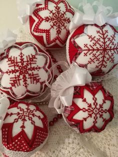 49 New Ideas for crochet christmas baubles cross stitch Folded Fabric Ornaments, Quilted Christmas Ornaments, Christmas Cross, Christmas Baubles, Christmas Diy, Christmas Decorations, Crochet Christmas, Xmas, Snowflake Quilt