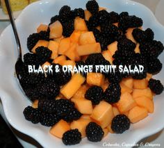 Black and Orange Fruit Salad - healthy snack for Halloween Halloween Snacks, Halloween Fruit Salad, Entree Halloween, Halloween Breakfast, Healthy Halloween, Halloween Birthday, Halloween Queen, Halloween 2020, Birthday Bash