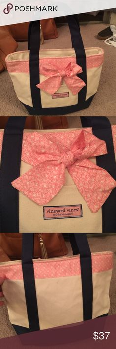 Vineyard Vines small purse with bow Great shape. Vineyard Vines Bags Totes