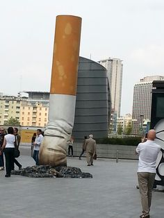 Piazza Gae Aulenti in Milan, Italy. A Cigarette sculpture by by Claes Oldenburg. Outdoor Sculpture, Outdoor Art, Sculpture Art, Amazing Street Art, Amazing Art, Mobile Photo, Art Public, Claes Oldenburg, Casa Patio