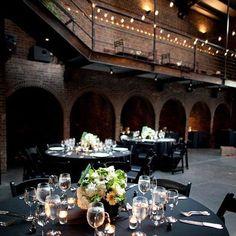 La boda urbana o industrial se caracteriza por los locales con architectura dramatica como esta boda en NYC con mucho ladrillo expuesto