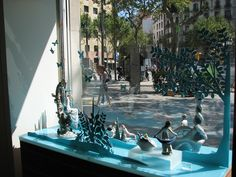 The first collaboration that Wanda did for the well renowned Spanish porcelain house Lladro. A micro universe of flora and fauna where clients and passerby's could inmerse themselves in this scenario, where sublime porcelains interacted with this dreamlike landscape. #wandabarcelonaLladro #paperart #creativespaces