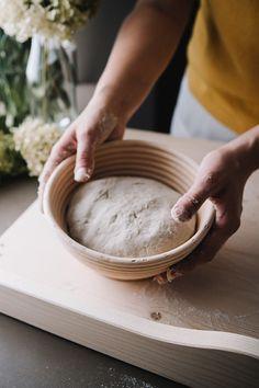 Wer diese Gärform sein Eigen nennt, der zeigt, dass ihm Brotbacken am Herzen liegt. Frisch aus dem Ofen geholt, wird das Brot nicht nur herrlich duften, sondern auch außergewöhnlich aussehen. Denn es wird dank des Simperls mit Motivboden ein Herz auf der Kruste haben. Die Brotform ist aus Peddigrohr und Buchenholz handgefertigt. Tableware, Bread Baking, Food Cakes, Fresh, Handmade, Dinnerware, Tablewares, Place Settings