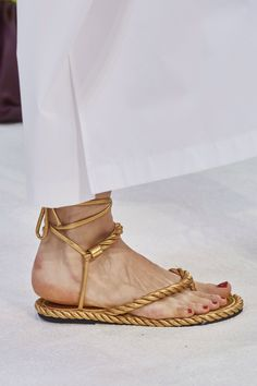 Valentino Spring 2020 Ready-to-Wear Fashion Show - - Valentino Spring 2020 Ready-to-Wear Collection – Vogue Source by artgirlmichigan Fashion Bubbles, Singer Fashion, Kinds Of Shoes, Comfy Shoes, Vogue Paris, Mannequins, Summer Shoes, Girls Shoes, Ladies Shoes