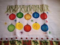 Pano de Prato confeccionado em tecido de algodão, pintado a mão, com detalhes em gliter, barrado com motivos natalinos e passa fita. Linda decoração de Natal, preciosa lembrança aos seus familiares e amigos.