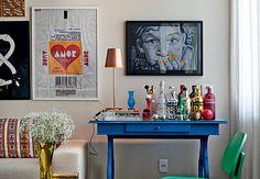 Emoldurado, o banner com estampa que imita a embalagem da clássica paçoquinha dá um toque bem-humorado à sala do arquiteto Rodrigo Martins