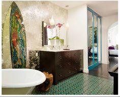 Hawaii mermaid bath : Metallic floral wallpaper + Turquoise accents