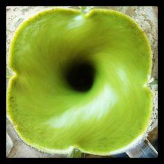 Suco verde de frutas Ingredientes ½ maçã sem semente e com casca ½ laranja sem semente e sem casca, com bagaço 1 folha de couve ou de qualquer outra folha verde escura 1 moeda de gengibre 1 colher (sopa) de linhaça dourada ou chia hidratada (deixar de molho em 1/2 xícara de água de uma dia para o outro. Colocar tudo no liquidificador) 1/2 copo de água-de-coco