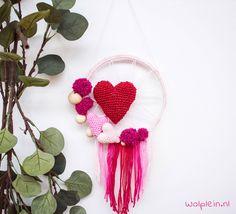 Dromenvanger Valentijn haken? ❤ Bekijk het gratis haakpatroon van deze gehaakte dromenvanger. Leuk voor aan de muur of als origineel cadeau voor jouw valentijn.