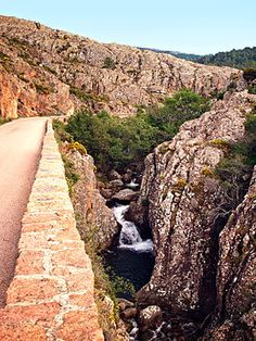 Corsica - Fleuves et Rivières - Le Dardo est un ruisseau de Corse-du-Sud qui traverse les Calanques de Piana, d'une longueur de 6,9 kilomètres, le Dardo prend sa source sur la commune de Piana à l'altitude de 1 200 mètres sous le nom de ruisseau de Piazza Moninca, sous Capu di u Vitullu (1 292 m).Qui a son embouchure dans l'anse de Dardo sur la rive sud du golfe de Porto en Mer Méditerranée.