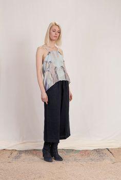 lookbook - Natascha von Hirschhausen. Bedrucktes Seidentop und Leinenhose.  2016 #ethicalfashion #ethical #natascha #von #hirschhausen #nataschavonhirschhausen #highfashion #high #fashion #scandinavian #design #fashiondesign #Berlin #highend #silk #abstrakt #print #pastell #pastel #pastels #lightblue #hellblau #rosa #lightpink #modern #classic #womenswear #minimalism #sand #mode #ethische #leinen #pure #simlicity