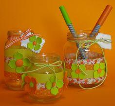 Glazen potjes versieren met masking tape en foam. De bloemen zijn uit foam gestanst.
