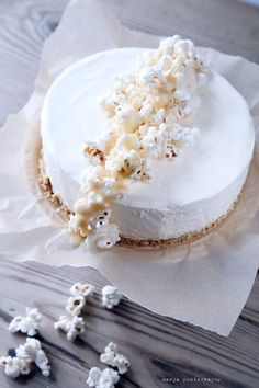 cheesecake with caramel and popcorn Best Cheesecake, Cheesecake Recipes, All You Need Is, Waffle Cake, Best Sweets, Gorgeous Cakes, Love Cake, Something Sweet, Cake Cookies