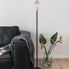 TOP-TREND Urban Garden - Mit Stehlampe SMYCKE schwarz kombiniertst du den perfekt. Jetzt günstig online kaufen im Möbelshop Lumizil ★Riesige Auswahl an Innen- & Außenleuchten ✓Schneller Versand   JETZT ENTDECKEN >> / #wohnidee #deko #vintage #natur #urban #garden #lampe #licht #blumen #vase #wohnzimmer