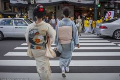 Stock Photo - Geisha and 'maiko' (geisha apprentice) in Shijo dori street.geisha's distric of Gion, ,Kyoto. Die Geisha, Intimate Photos, The Secret World, Nihon, My Heart Is Breaking, Colour Images, Dory, Traditional Outfits, Kyoto